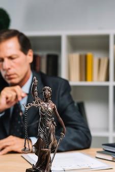 Statue de thémis dans le bureau d'un avocat
