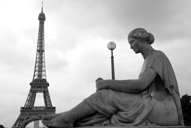 Statue et tour eiffel à paris france