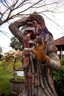 Statue traditionnelle, une idole dans le complexe du temple sur l'île de bali, indonésie