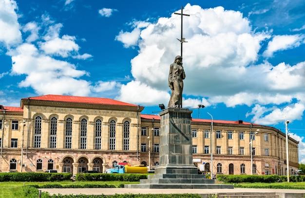 Une statue et l'université sur la place de l'indépendance à gyumri, arménie