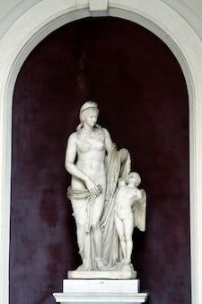 Statue de vénus et amor