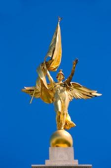 Statue de la victoire aux ailes d'or mémorial de la première guerre mondiale