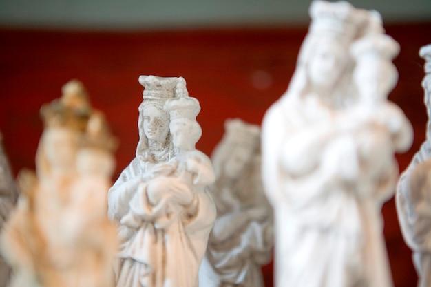 Statue de la vierge et de l'enfant