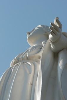 Statue de la vierge marie au sommet de la colline de san cristobal, santiago, région métropolitaine de santiago,