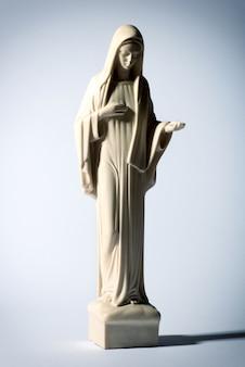 Statue de la vierge marie sur fond gris