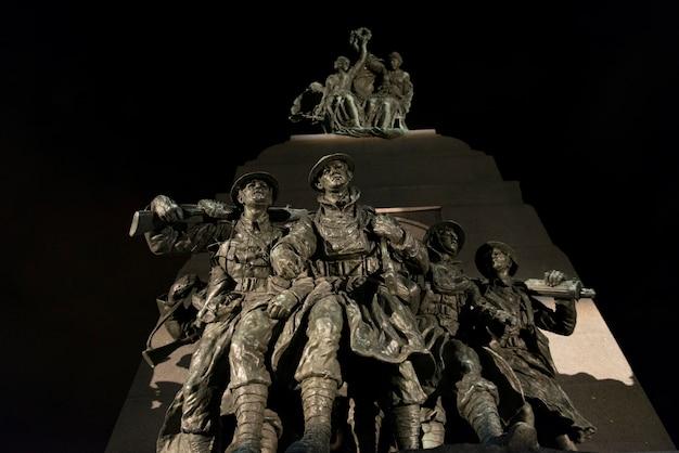Statues au monument commémoratif de guerre du canada, colline du parlement, ottawa, ontario, canada