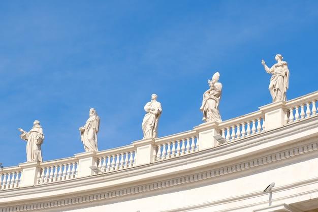 Des statues à la basilique saint-pierre avec un ciel bleu célèbre marque de terre à rome en italie.
