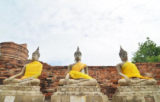 Statues de bouddha au temple de wat yai chai mongkol à ayutthaya près de bangkok, thaïlande