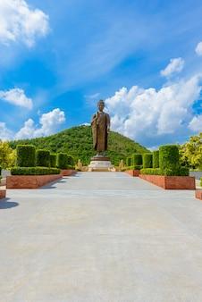 Statues de bouddha au wat thipsukhontharam, province de kanchanaburi, thaïlande