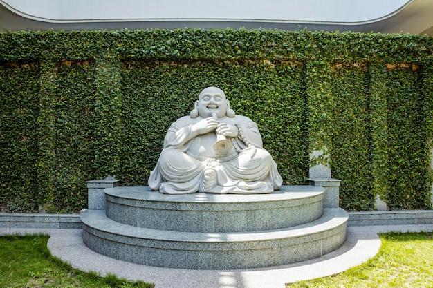 Les statues de bouddha riant en marbre dans le temple de l'île de batam