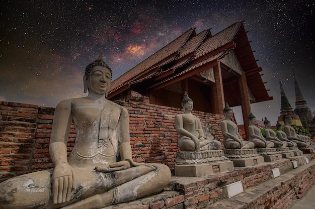 Statues de bouddha en stuc à wat yai chaimongkol