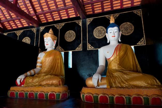 Statues de bouddha à wat chedi luang, chiang mai, thaïlande
