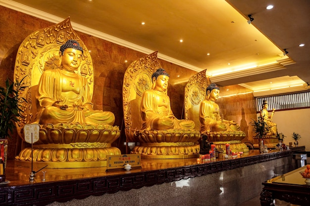 Les statues bouddhistes dorées du temple de l'île de batam.
