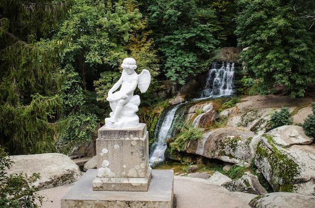 Statues dans un parc public à l'automne