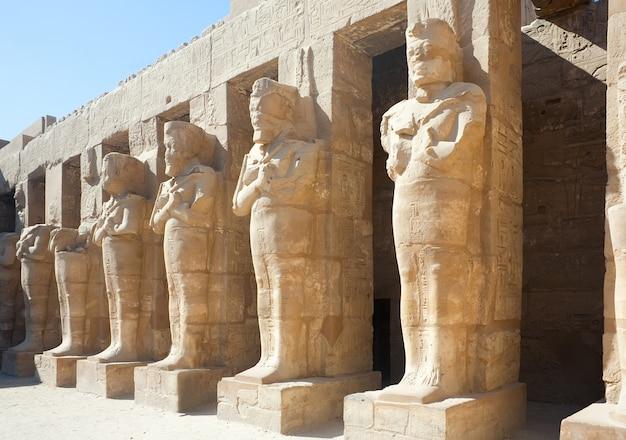 Statues dans le temple de karnak, louxor, egypte