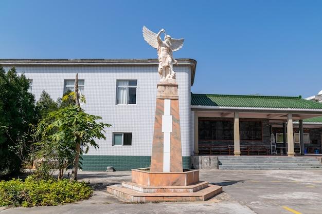 Les statues des dieux dans l'église