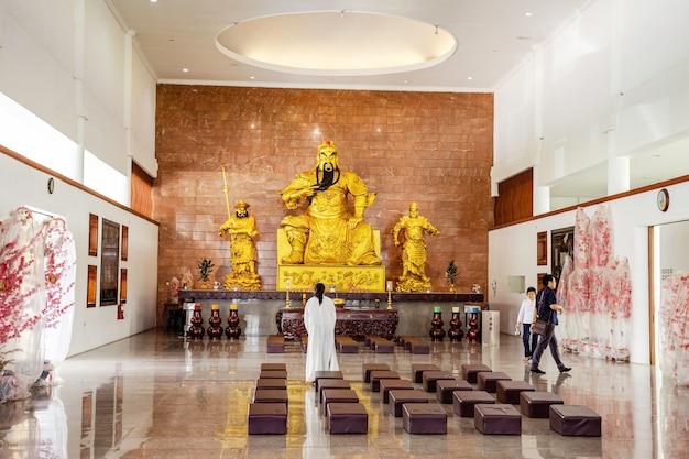 Les statues du dieu d'or dans le temple de l'île de batam