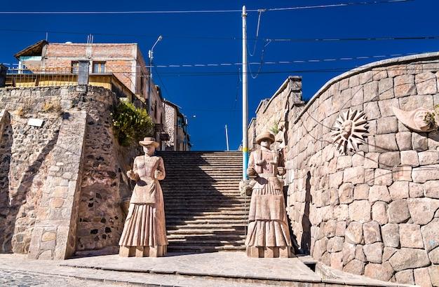 Statues de femmes incas à chivay, pérou