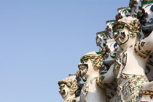 Statues de géant et du roi des singes au temple de l'aube - wat arun thailand.
