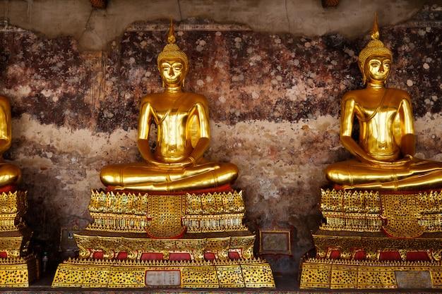 Statues géantes de bouddha d'un temple à bangkok