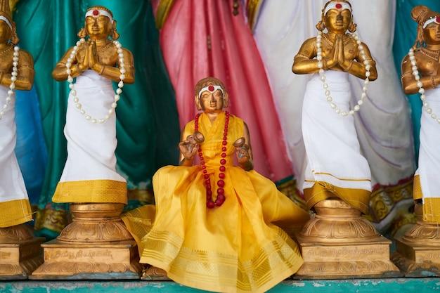 Statues de l'homme en prière