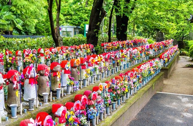 Statues jizo au cimetière du temple zojo-ji, tokyo, japon