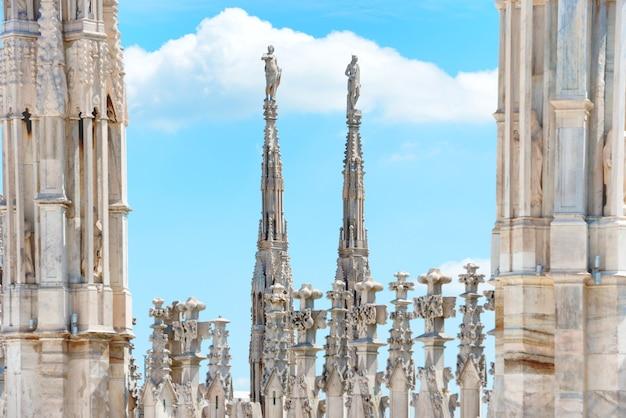 Statues de marbre blanc sur le toit de la célèbre cathédrale duomo di milano sur la piazza à milan, italie