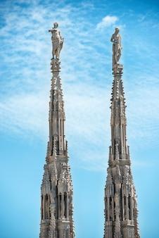 Statues en marbre blanc sur le toit de la célèbre cathédrale duomo di milano sur la place de milan, italie