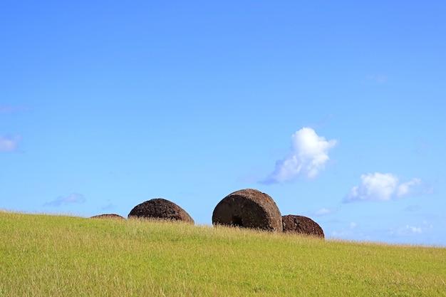 Statues moai sculptées abandonnées 'topknots sur volcan puna pau, île de pâques, chili