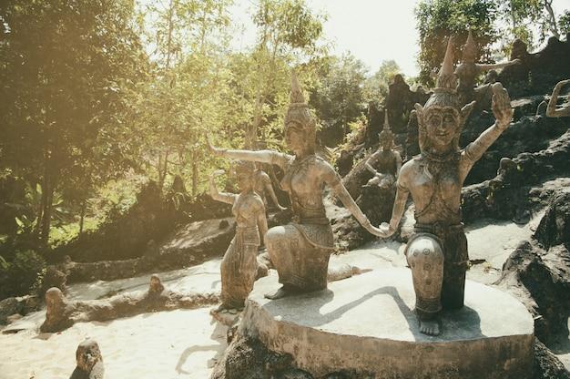 Statues de pierre antiques dans le jardin magique du bouddhisme secret, koh samui, thaïlande. un lieu de détente et de méditation.
