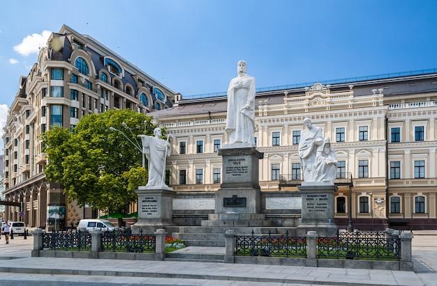 Statues des saints andré, olga, cyrille et méthode. kiev, ukraine