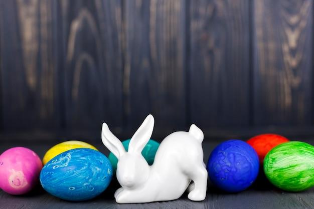 Statuette de lapin près d'oeufs colorés