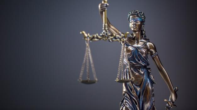 Statut de justice. statue en bronze de dame justice tenant une balance et une épée.