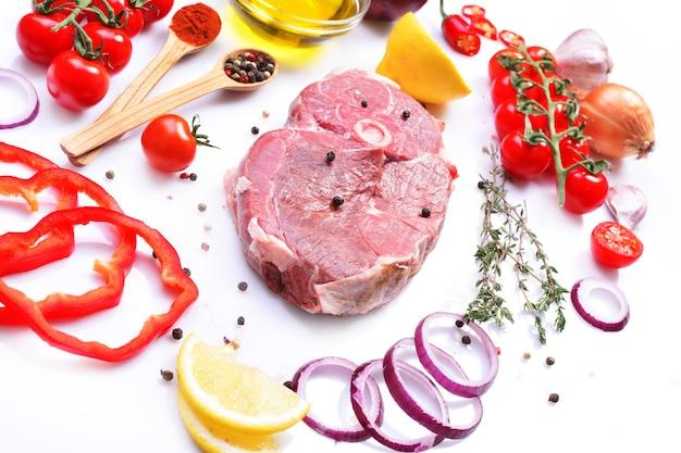 Steak d'agneau aux épices et légumes sur fond blanc