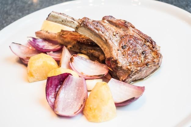 Steak d'agneau grillé