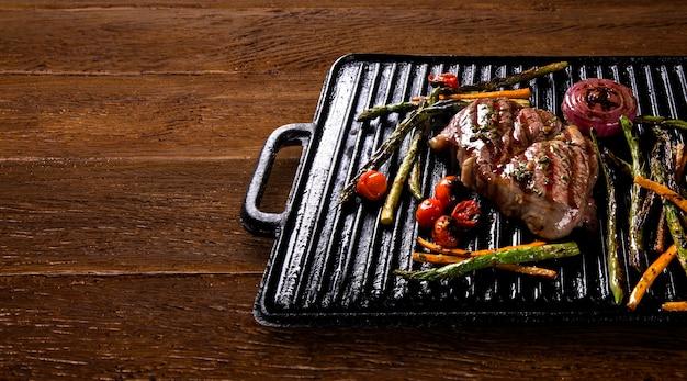 Steak d'ancho aux légumes grillés sur le gril