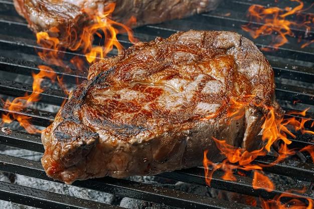 Steak de barbecue frit sur le gril