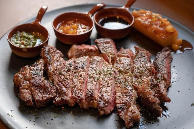 Steak de bœuf à l'ananas grillé et à la sauce sucrée