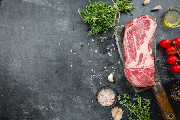 Steak de boeuf aux côtes levées sur table en pierre