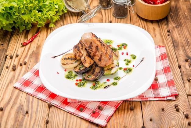 Steak de boeuf aux légumes grillés et assaisonnement sur un plateau de service