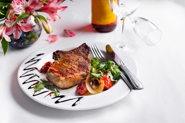 Steak de boeuf aux légumes grillés