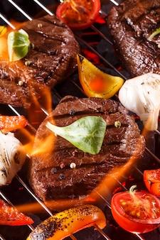 Steak de boeuf sur un barbecue