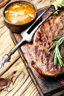 Steak de boeuf avec brindille romarin