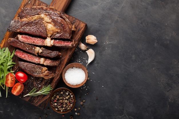 Steak de bœuf à la côte.