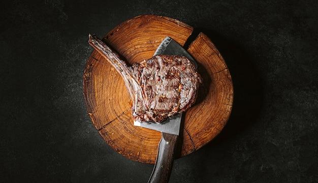 Steak de boeuf cowboy grillé sur le gril