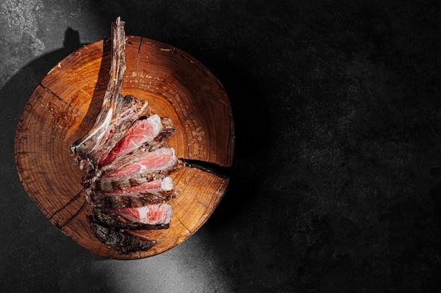 Steak de boeuf de cowboy grillé saignant sur le gril