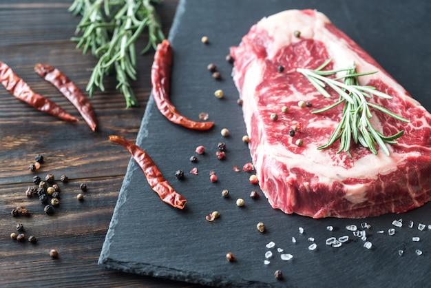 Steak de boeuf cru au romarin frais