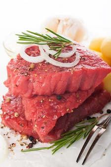 Steak de bœuf cru et épices