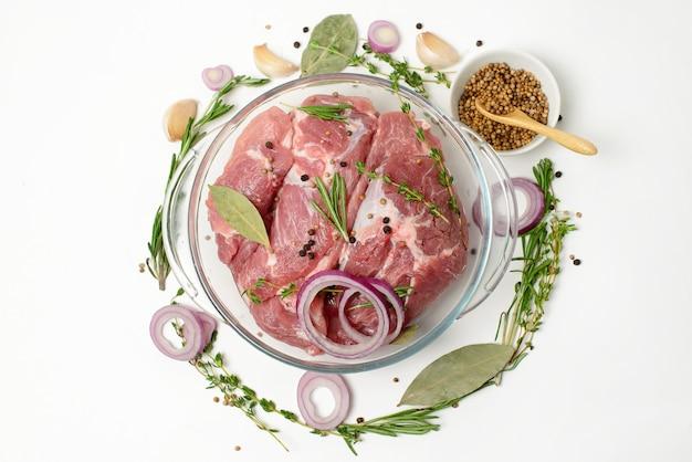 Steak de boeuf cru frais aux épices isolé