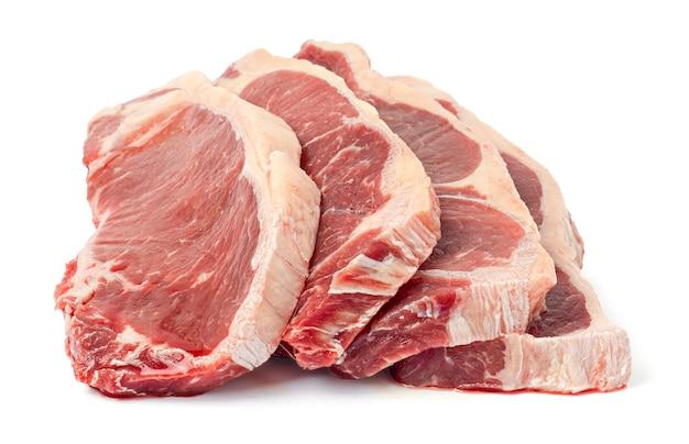 Steak de boeuf cru frais isolé sur fond blanc avec un tracé de détourage.